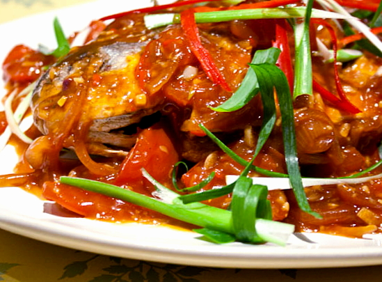 3 hungry tummies crispy fried whole pomfret with spicy for Sauce for fried fish