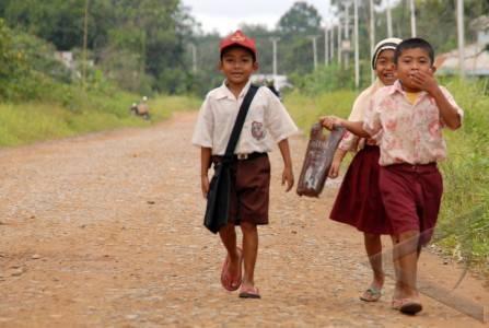 Miris Kehidupan Anak Indonesia Perbatasan