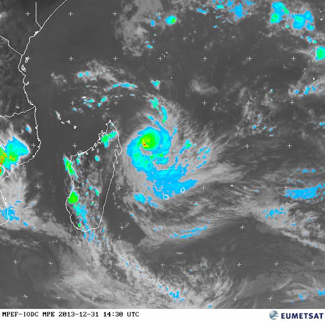 Image satellite cyclone tropical Béjisa se rapprochant dangereusement de l'ile de la Réunion