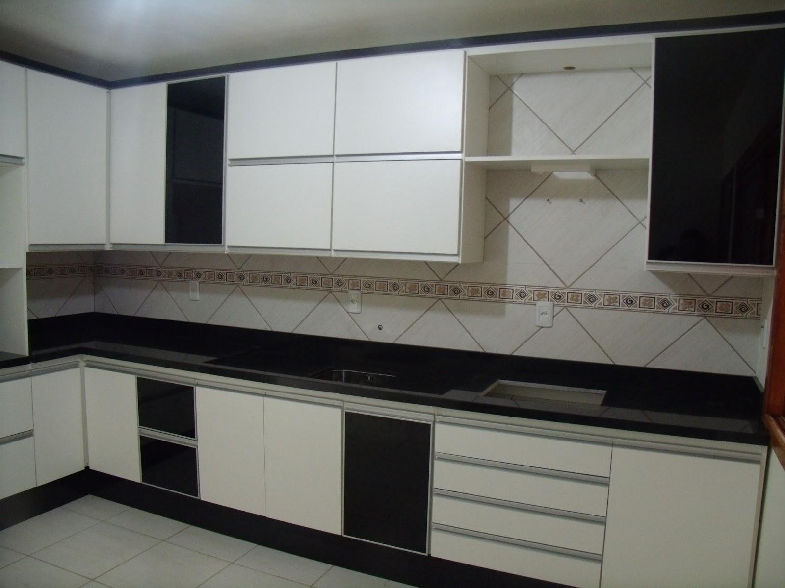 Cozinha moderna com detalhes em preto e puxadores em alumínio tipo  #595145 1600 1200