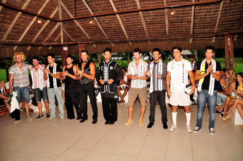 Os dez finalistas da prova de talento do Mister Brasil 2013. Foto: Estúdio Xis