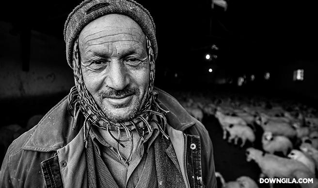 old man smiling senyum gembala kambing