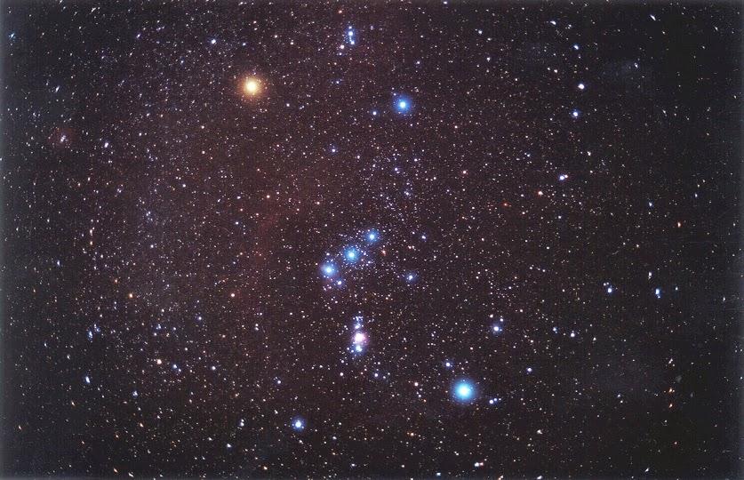 Созвездие Ориона. Туманность Ориона, или M42, видна как розоватое пятнышко ниже центра изображения