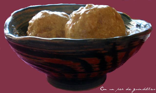 Albóndigas de pollo con salsa de yogur y curry