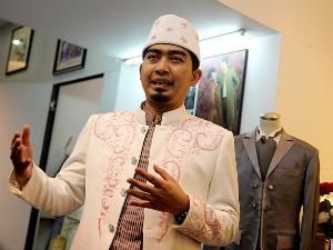 Ustad Solmed saat fitting baju pernikahan