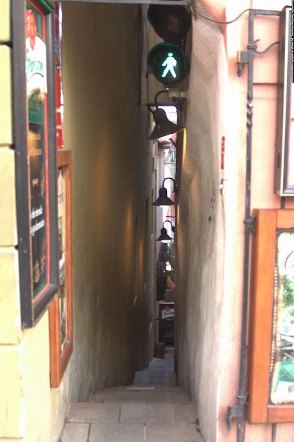 Самый узкий спуск к Влтаве и замечательному кафе. Прага, Чехия.