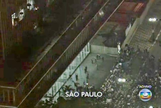 Jornal Nacional / Facebook. Compartilhamento no Facebook. Manifestantes na porta do Palácio Anchieta. Câmara de Vereadores de São Paulo é lembrada por manifestantes em protesto sem registro de violência