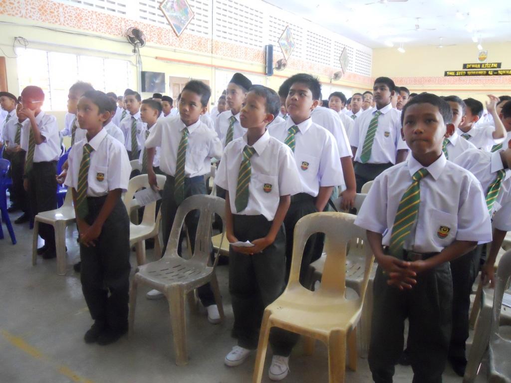 Kelihatan pelajar-pelajar baru SMKSMAB bersemangat menghafal lagu