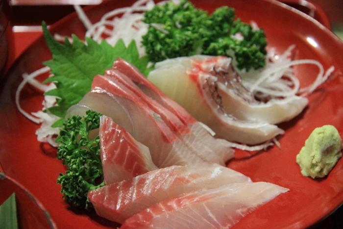 能登半島(石川県)の農家民宿 ゆうか庵の田舎地方の宇出津で水揚げされた魚がお刺身としてだされます. Hotel motel serving food on wajima nuri on noto peninsula, ishikawa prefecture.