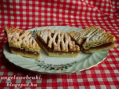 Almás pite, rumaromával és reszelt citromhéjjal ízesített tésztából, tölteléke pedig almás sütemény fűszerkeverékkel és zsemlemorzsával.