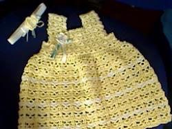vestido e bandolete om flor em crochet