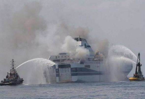 Δύσκολη ημέρα για τους εγκλωβισμένους στο φλεγόμενο πλοίο αλλά και πολύ δύσκολη μέρα για τις ιταλικές ναυτικές αρχές