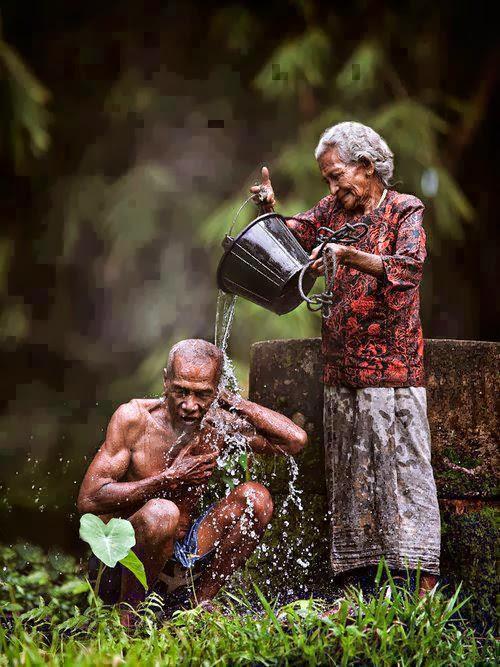 Cụ bà tắm cho cụ ông rất tình cảm