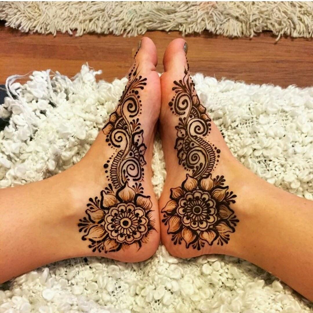 Цветы хной на ноге фото