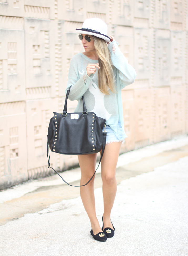 Outfit with slippers, studded bag and mint sweater by Spanish fashion blogger Mónica Sors