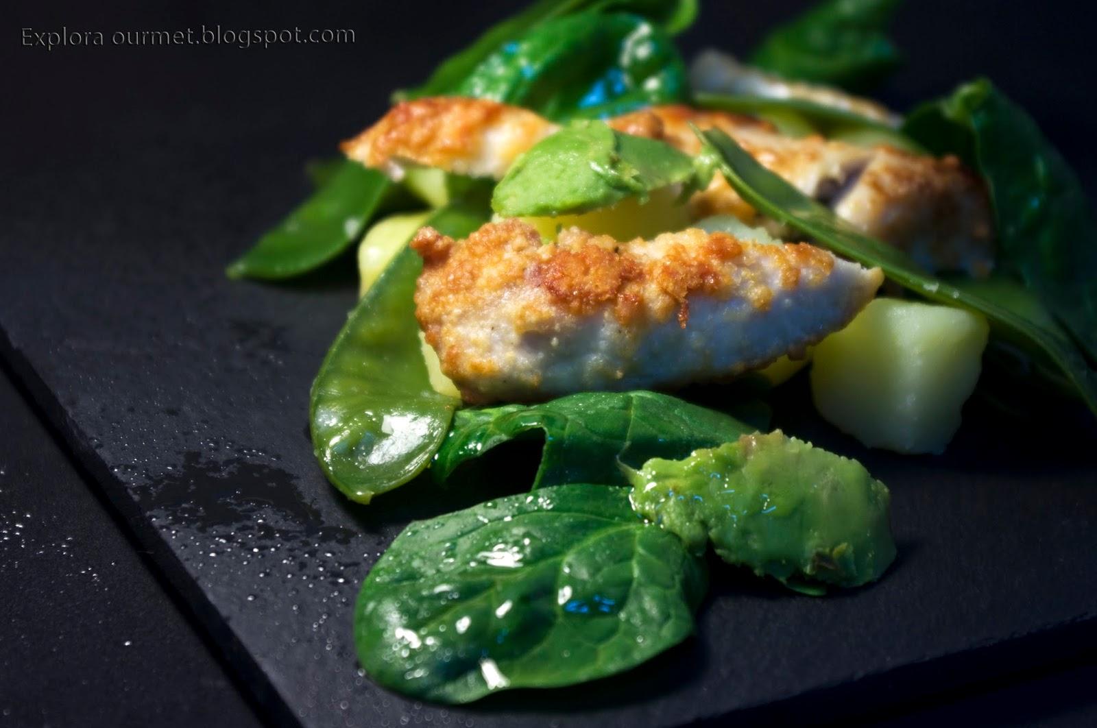 Ensalada caliente de guisantes frescos, pollo asado con parmesano y espinacas