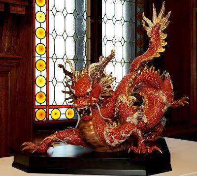 На фото: фарфоровый дракон
