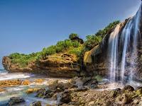 Pantai Jogan yang Memukau dengan Aliran Air Terjun