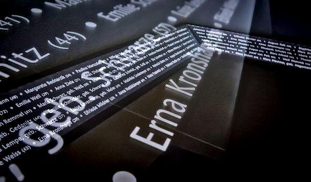 Neues be-, er- und einleuchtendes Namensband mit 1.017 Opfernamen im LWL-Klinikum Gütersloh