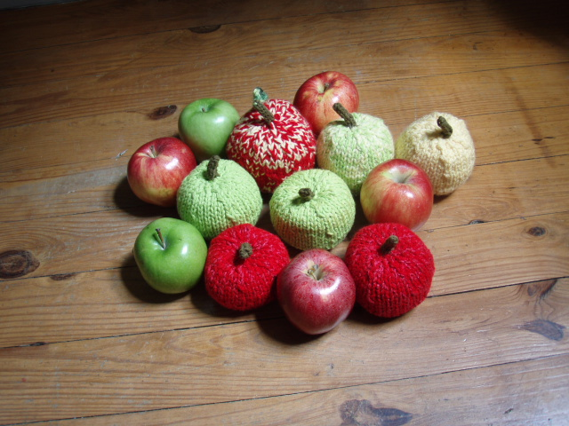 Knitted Apple Pattern : Stanas Critters Etc.: Knitting Pattern for Apples