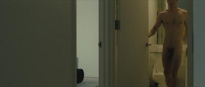 Hình ảnh toàn thân của nam diễn viên khi đóng phim QB7g7