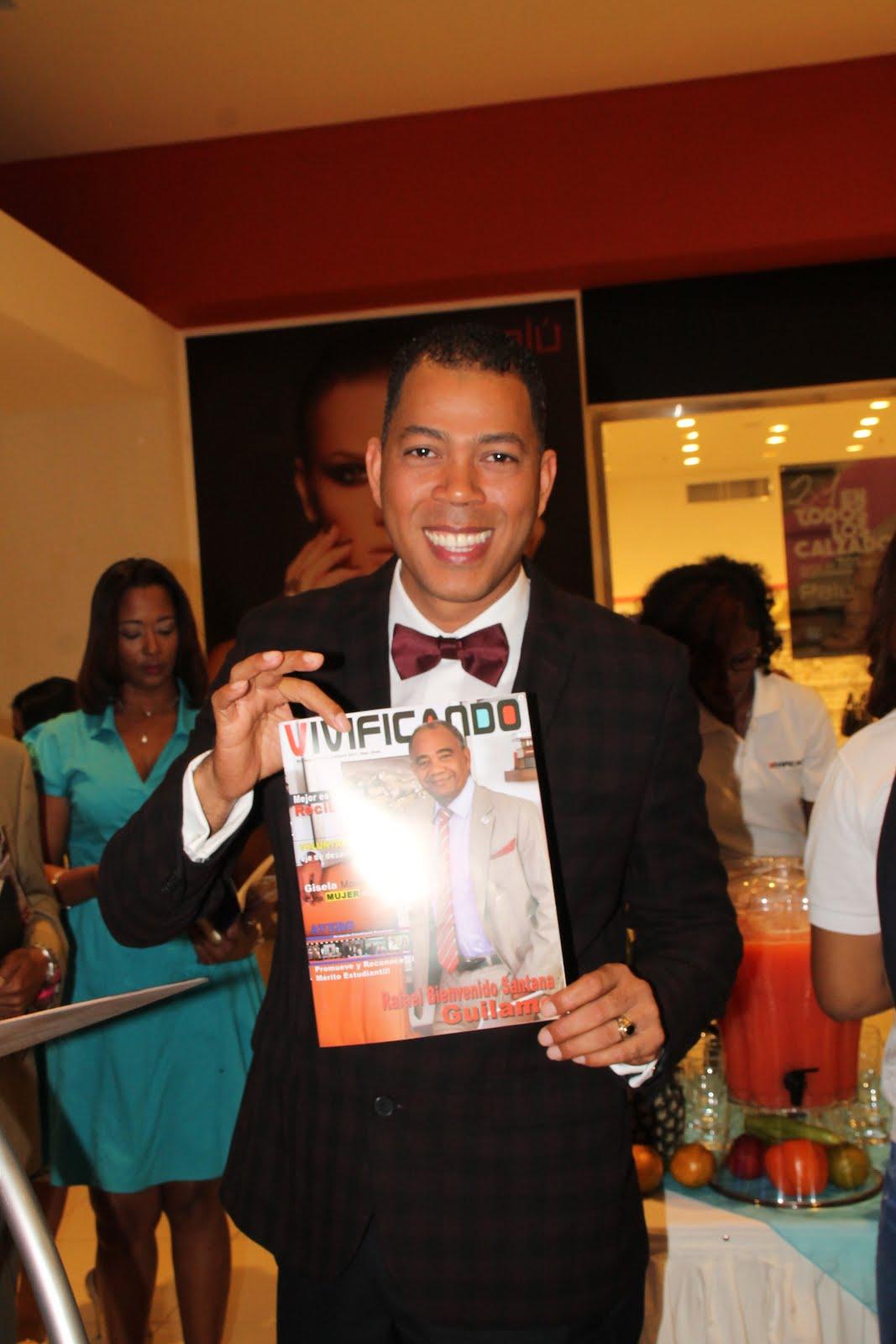 Garibaldy Marte muestra edición Revista Vivificando