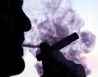 التدخين يحول لعاب الإنسان السليم خليط كيماوي يزيد إصابته بسرطان الفم السجائر تحول اللعاب قاتل