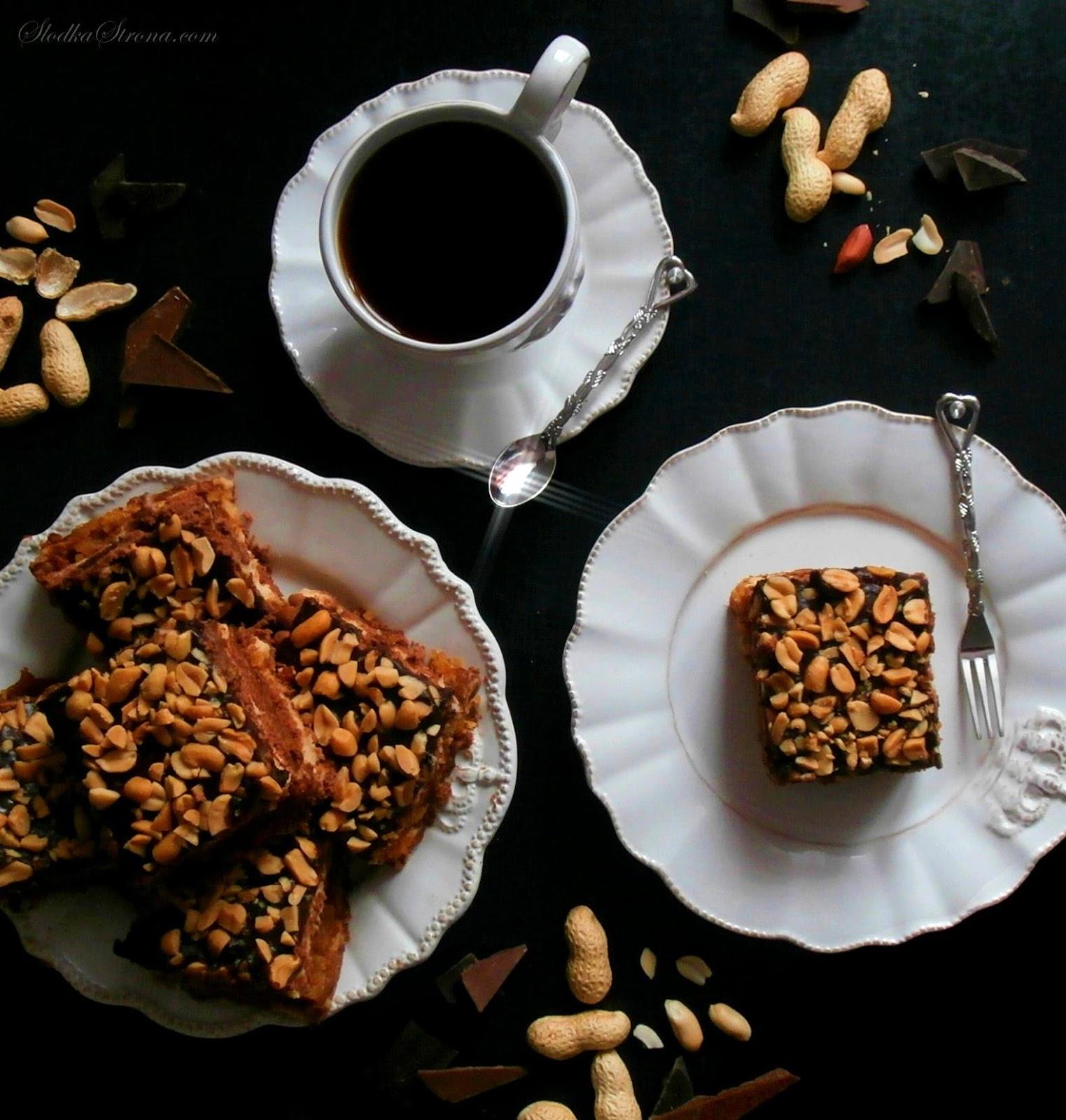 """Ciasto """"Snickers"""" Bez Pieczenia - Przepis - Słodka Strona Ciasto """"Snickers"""" to deser stworzony na wzór popularnego batonika o tej samej nazwie. Ciasto """"Snickers"""" to połączenie mleczno-orzechowej, budyniowej masy z karmelem, masłem orzechowym oraz czekoladową polewą posypaną orzeszkami ziemnymi. Fanów popularnego batonika Snickers długo nie trzeba namawiać do przygotowania tego ciasta, tym bardziej, że przygotujemy je bez pieczenia. ciasto snickers, ciasto snickers przepis, ciasto snickers bez pieczenia, ciasto snickers bez pieczenia przepis, czekoladowe ciasto przepis, czekoladowe ciasto bez pieczenia, czekoladowe ciasto bez pieczenia przepis, ciasto na herbatnikach, ciasto na herbatnikach przepis, ciasto na herbatnikach kakaowych, ciasto na herbatnikach kakaowych przepis, ciasto orzechowe czekoladowe, ciasto orzechowo czekoladowe bez pieczenia, ciasto z maslem oprzechowym, ciasto z maslem orzechowym przepis, ciasto z masłem orzechowym, ciasto z masłem orzechowym przepis, ciasto czekoladowe z masłem orzechowym, Tort Czekoladowy z Kremem z Masła Orzechowego, Karmelem i Polewą Czekoladową (Tort a'la Snickers), tort czekoladowy przepis, tort orzechowy przepis, tort czekoladowo orzechowy przepis, orzechy ziemne, czekolada orzechy ziemne, czekolada orzeszki, ciasto czekoladowe z orzechami, ciasto snickers, tort snickers, ciasto z karmelem, tort z karmelem, tort z masłem orzechowym, tort z maslem orzechowym, maslo orzechowe ciasto, ciasto z maslem orzechowym, Torty, Orzechy, Orzechy Ziemne, Czekolada, Masło Orzechowe, Biszkopt Czekoladowy, Masa Budyniowa, Karmel, Polewa Czekoladowa, słodka strona, slodka strona, ciasta desery torty"""