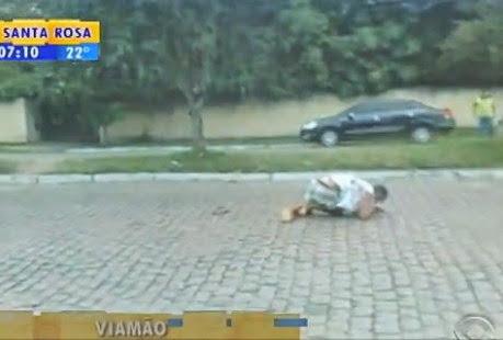 Mesmo sendo perseguido pela polícia carro atropela homem por três vezes consecut