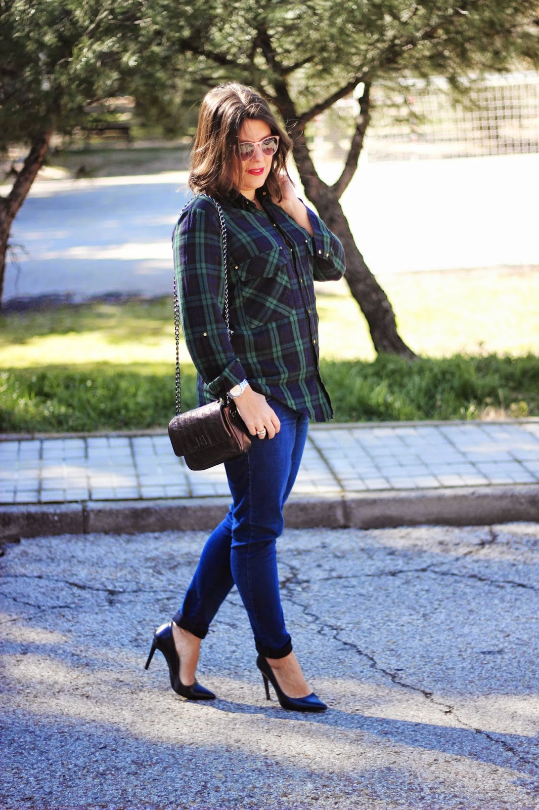 photo-look-street_style-plaid_shirt-dark_jeans-metallic_bag