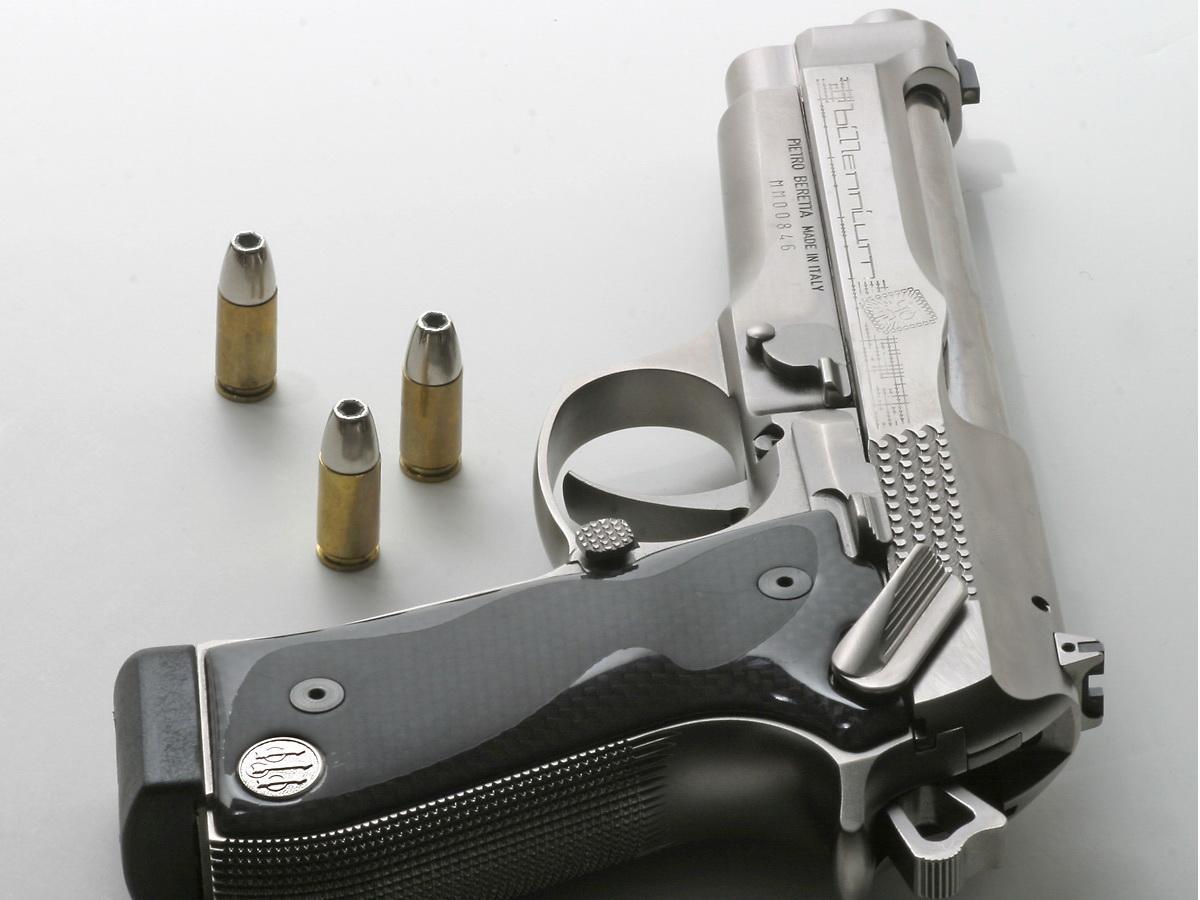 http://1.bp.blogspot.com/-9X8rMa8lt1U/URJnr_5mPWI/AAAAAAAAAFY/G7BAcS_RPFk/s1600/1270799033_1200x900_silver-pistol-wallpaper.jpg