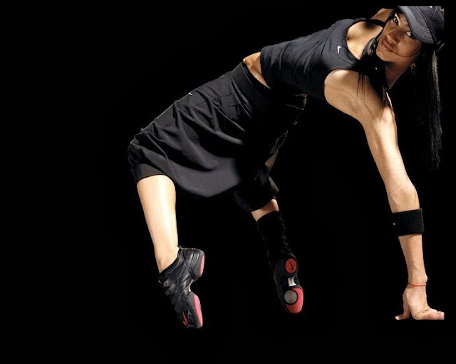 девушка танцует хип-хоп