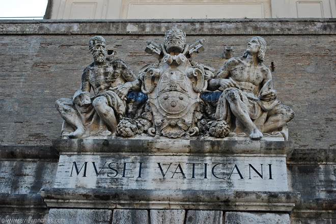 Statues-on-top-of-the-former-entrance,-Vatican-Museums