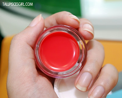 The color is so sweet, I managed to convince other bloggers to try on their lips :p