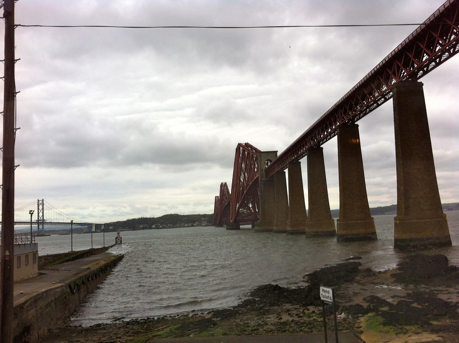 鉄道橋とフォース道路橋です。 フォース鉄道橋は「テイ橋の悲劇」の失敗を踏まえてジョンファウラーと