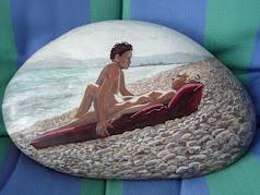 Pareja en la playa de piedras