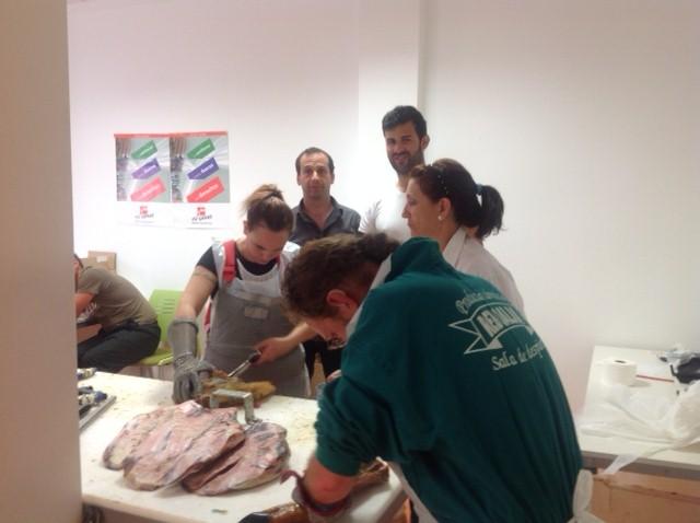 participanes en el curso de deshuesadores de jamones durante las practicas