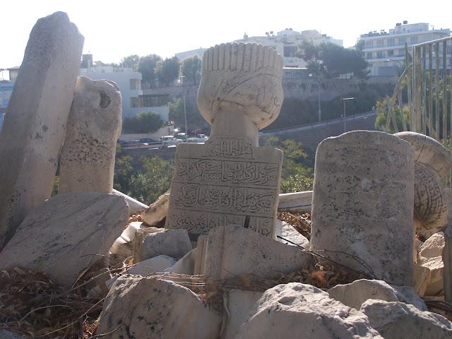 Kandiye Arkeoloji Müzesi karşısında korunan (!) Osmanlı mezar taşları
