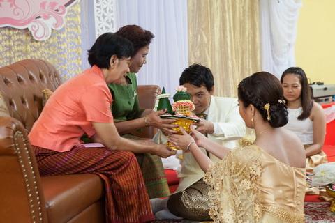 พิธีรับไหว้ผู้ใหญ่ หรือขอขมาในพิธีแต่งงานตามประเพณีไทย