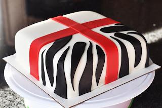 طريقة تزيين كيك عيد ميلاد كعكة الهدية المخططة