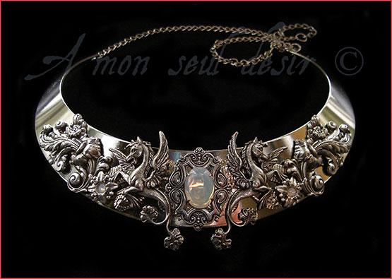 Collier chevel ailé pégase médiéval renaissance torque blanc opale elfique bijouterie féerique mythologie