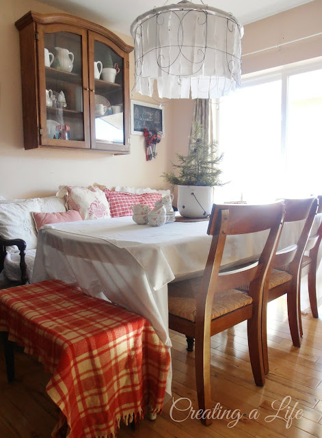 http://creatingalifenow.blogspot.com/2013/12/sweet-and-simple-christmas-dining-room.html