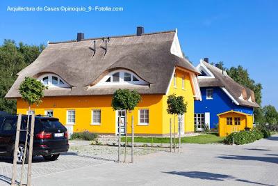 Cabañas pintorescas con techos de paja