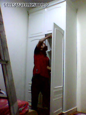 suasana proses produksi setting interior - pembuatan lemari pakaian dengan finishing cat duko - custom Setting desain interior