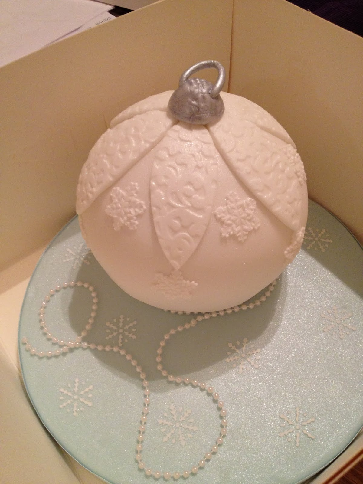Christmas Bauble Cake Images : Vintage Inspired Christmas Bauble Cake
