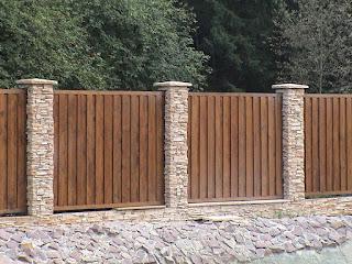 Деревянный забор с кирпичными столбами. Фото 6