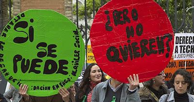 Miembros de la PAH protestan en una sede andaluza del PP