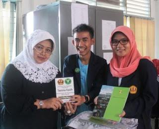 Penyerahan Kenang-kenangan ke Kepala SMA 9 Pekanbaru sebagai peutup Unpad Roadshow to School 2012 di Riau, Try Out Akbar Unpad di Riau 2012