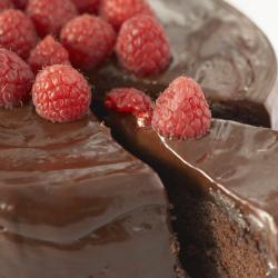 gâteau au chocolat avec des framboises