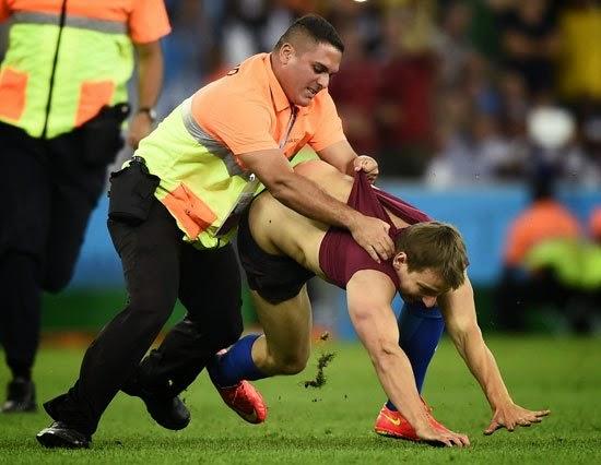 هل تعلم ماذا فعل هذا الرجل خلال مباراة ألمانيا والأرجنتين
